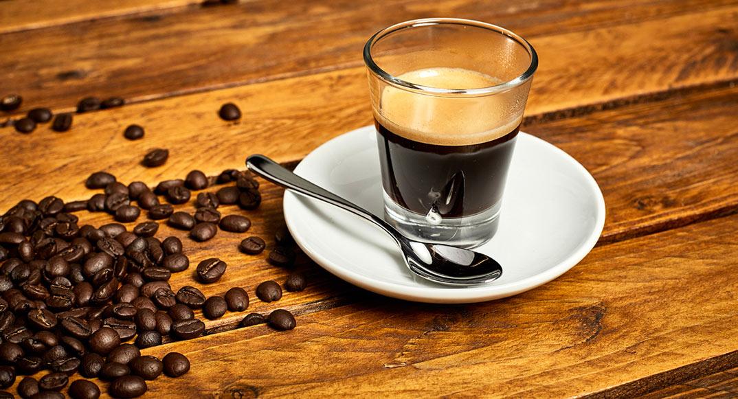 Espressotasse auf Untersetzer mit Kaffeelöffel