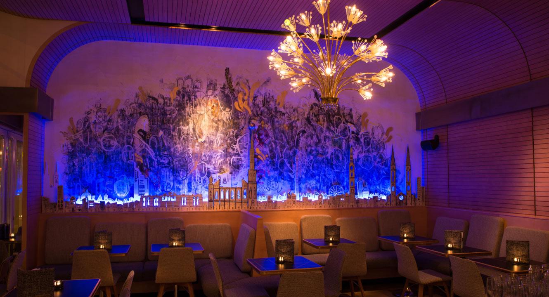 Tische im Stadtcafe mit indirekter Beleuchtung